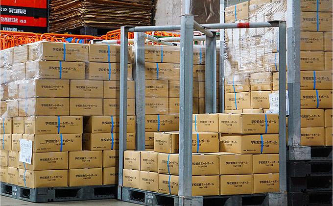 冷凍倉庫に入荷した給食用食材