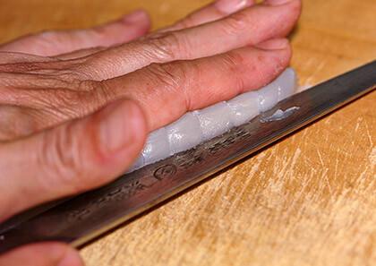 先ずは半身の刺身用のさくを並行に半分に切ります