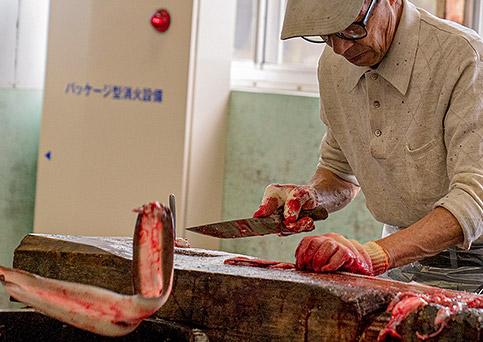 国産うなぎ通販。浜名湖食品のうなぎ工場。職人が手際よく鰻を捌いていきます
