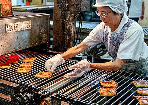 国産うなぎ通販。浜名湖食品のうなぎ工場。焼きが甘い鰻は再度ラインに戻され、一番良い焼き具合に調整されます