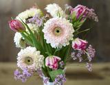葛西市場よりお届け『季節のお花 色はおまかせセット』 花瓶(白)付き 生花 3品種前後 15本以上 ※常温の商品画像