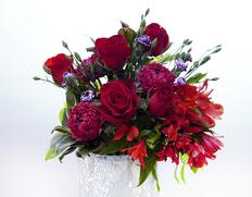 『赤系の花束』季節のお花15本前後+赤色のバラまたはスプレーバラ(3〜5本) ラッピング込み ※常温