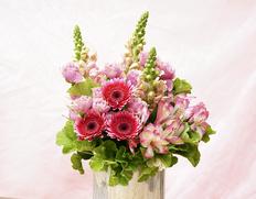『ピンク系の花束』季節のお花15本前後+ピンク色のバラまたはスプレーバラ(3〜5本) ラッピング込み ※常温