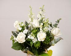 『白系の花束』季節のお花15本前後+白色のスプレーバラ(3〜5本) ラッピング込み ※常温